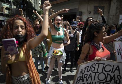 Un grupo de mujeres protesta contra la violencia de género en Caracas, en noviembre de 2020.