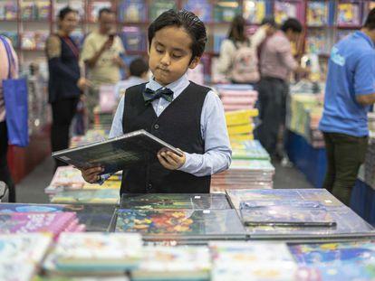 Un niño observaba los libros en el pabellón infantil.