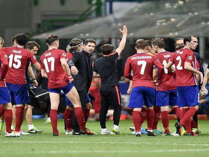 Simeone, junto a sus jugadores tras perder la final.
