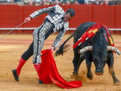 Pepe Moral, en una torerísima trincherilla al primero de sus toros.