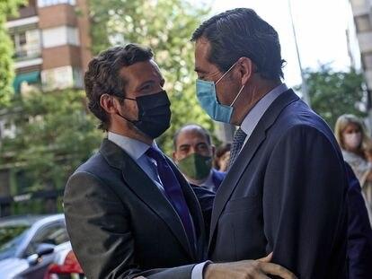El líder del PP, Pablo Casado (izquierda), saluda al presidente de CEOE, Antonio Garamendi, este jueves en un curso de la Universidad Rey Juan Carlos en Madrid.