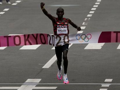 Eliud Kipchoge cruza la meta el primero en la final de maratón.
