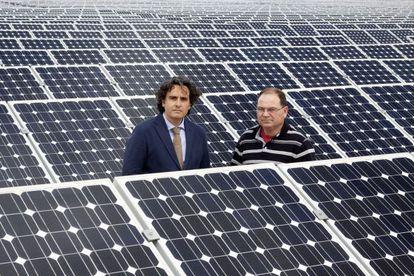 Miguel Ángel Martínez-Aroca (izquierda) y Pedro Carrión en su huerto solar de Jumilla (Murcia).