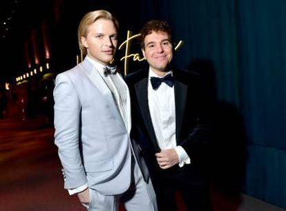 Ronan Farrow y su marido, Jon Lovett, en la fiesta que dio 'Vanity Fair' tras la pasada gala de los Oscar.
