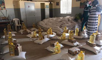Las aulas de la fundación 'Astou Ndour Sports-Études' transformadas en improvisado almacén de alimentos