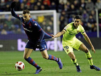 Chumi le agarra de la camiseta a Mayoral en el Levante-Barcelona de Copa.