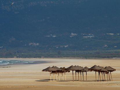 Playa de Los Lances, en Tarifa (Cádiz), este sábado de Semana Santa completamente vacía por el estado de alarma.