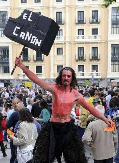 Un manifestante convocado por la Asociación de Internautas muostra un cartel contra el canon digital en una imagen de archivo