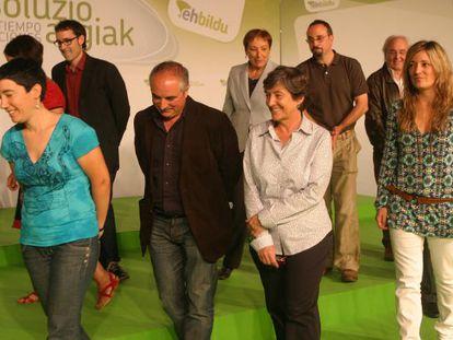Laura Mintegi, en el centro, charla con Xabier Olano rodeada por el resto de potenciales consejeros de EH Bildu.