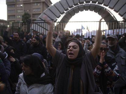 Varios manifestantes iraníes se congregan frente a la universidad Amri Kabir contra el Gobierno, el 11 de enero de 2020.
