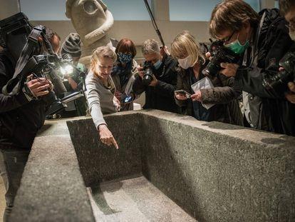 Friederike Seyfried, directora del Museo Egipcio de Berlín señala el daño causado por un líquido en las exhibiciones del Neues Museum el 21 de octubre de 2020.