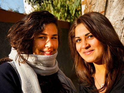 Dos estudiantes acuden a sus primeras clases en el instituto en Casablanca.