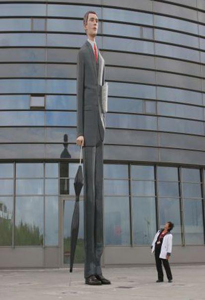 Escultura 'El banquero alto', en el barrio de Kirchberg, en Luxemburgo.