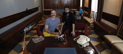 Alberto Puraenvidia (izquierda) y José Martret en el nuevo espacio teatral La Pensión de las pulgas.