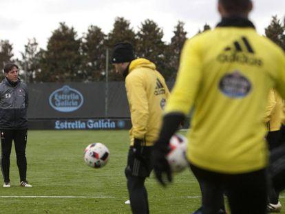Berizzo observa a su grupo de futbolistas durante el entrenamiento de este miércoles en A Madroa.