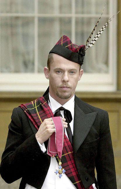 El diseñador recibió en octubre de 2003 el título de Comandante de la Orden del Imperio británico, que recibió de manos de la reina Isabel II en el palacio de Buckingham.