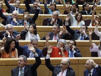 Varios ministros en el pleno del Congreso celebrado en el Senado.