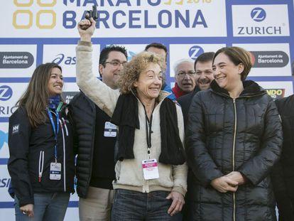 Marta Carranza, junto a Ada Colau, da la salida al Maratón de Barcelona.