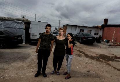 Cristián, su madre Agustina, y su hermana Rubi, en los alrededores de su casa de Cañada Real (Madrid).