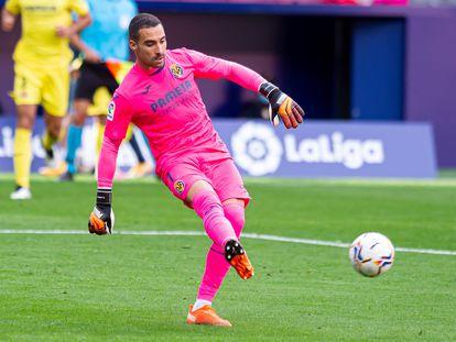 Sergio Asenjo pasa el balón durante el partido entre el Villarreal y el Atlético en el Wanda el pasado 3 de octubre.