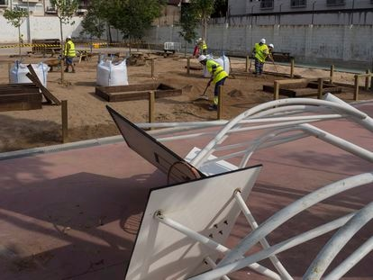 Obras de reforma en el patio del colegio De les Aigües de Barcelona, para convertirlo en más coeducativo y verde, este miércoles.