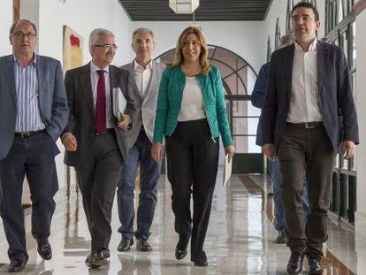 La presidenta de la Junta, Susana Díaz, rodeada de su equipo.