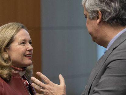 La vicepresidenta económica, Nadia Calviño, junto al presidente saliente del Eurogrupo, Màrio Centeno, en una imagen de archivo.