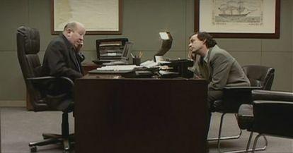 En el despacho del jefe se reparten muchos 'browns'. Como en la película 'Smoking room' (2002).
