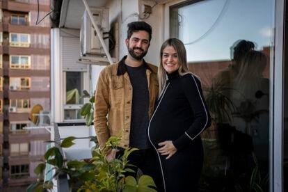 Paloma y Víctor, una pareja que espera su primer hijo para este enero, en su casa de Madrid.