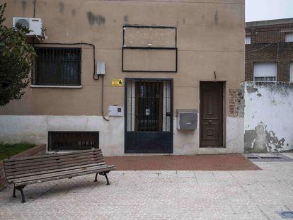 Fachada de la frutería de Valdeavero, donde presuntamente se cometieron los abusos. El cartel con el nombre ha sido descolgado.