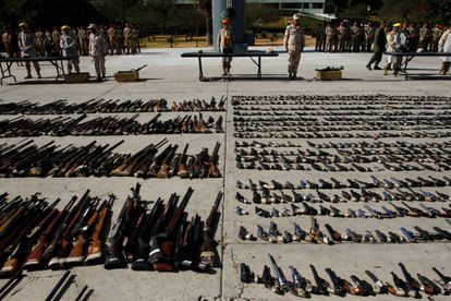 Militares exponen armas incautadas al narcotráfico en Tijuana.