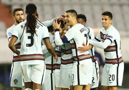 Cristiano Ronaldo felicita a Ruben Dias, autor de un gol contra Croacia en la Liga de las naciones, el pasado noviembre.