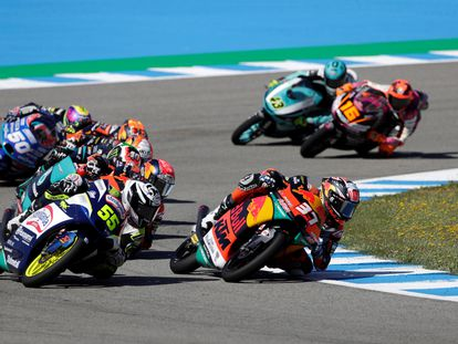 Imagen de la carrera de Moto3, con Pedro Acosta en cabeza, durante el GP de España, en Jerez.