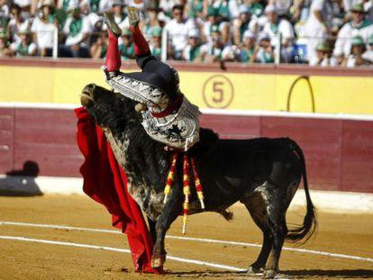Morante de la Puebla en el momento de ser herido hoy por su primer toro en Huesca.