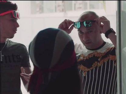 Francisco Tejón, a la derecha de la imagen, durante la grabación del videoclip de reguetón 'Candela'.