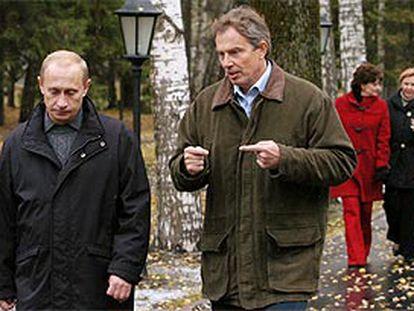 El presidente ruso, Vladímir Putin (izquierda), ayer, junto al primer ministro británico, Tony Blair, en Zavidobo (norte de Moscú). Detrás, las esposa de ambos.