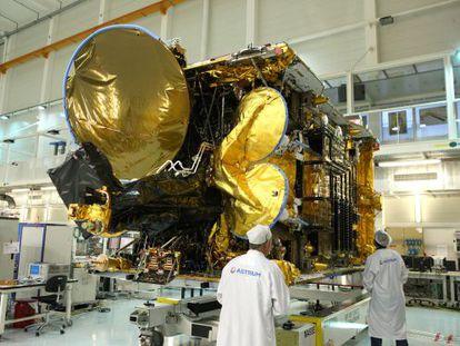 El satélite Astra 2G, en la fábrica de Astrium en Toulouse.