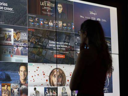 Una joven contempla una pantalla gigante con distintas plataformas de televisión 'online'.