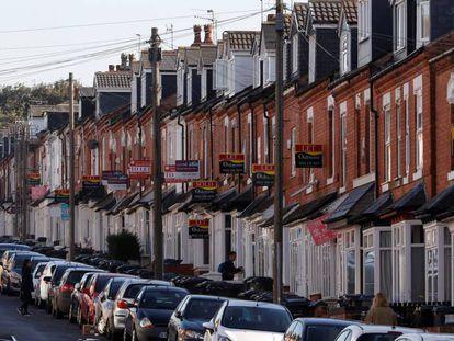Carteles inmobiliarios en una calle de Birmingham, Reino Unido.
