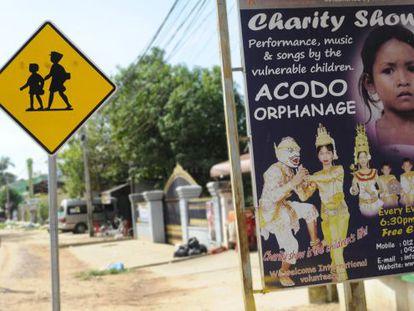 """Un cartel anuncia un """"show caritativo"""" con actuación de menores en situación vulnerable."""