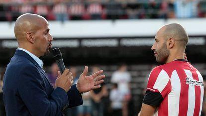 El presidente de Estudiantes de La Plata, Juan Sebastián Verón (i), presenta a Javier Mascherano.