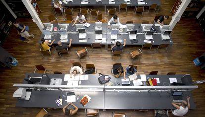 Estudiantes en la biblioteca de la facultad de Humanidades de la Universidad de Valencia, en una foto de archivo.