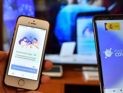 Dos personas usan Radar Covid, la app de notificación de exposiciones del Gobierno
