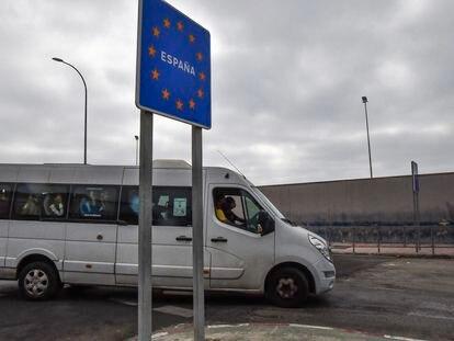 Un autobús con menores inmigrantes cruza la frontera entre Ceuta y Marruecos.