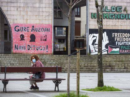 """Pintada en los soportales de la plaza de Rentería, junto a la ikastola, con la imagen de terroristas y el lema """"los queremos en nuestro barrio""""."""