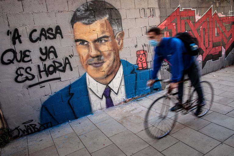 """Mural del artista urbano J. Warx donde aparece el presidente del Gobierno, Pedro Sánchez, bajo la frase """"A casa que ya es hora""""."""