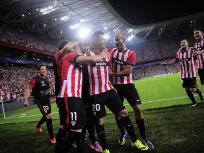 Aduriz celebra junto a sus compañeros uno de sus dos goles al Nápoles.