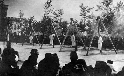 Imagen del Instituto-Museo del Genocidio Armenio en la que se ve a un grupo de armenios ahorcados por las fuerzas otomanas en junio de 1915.