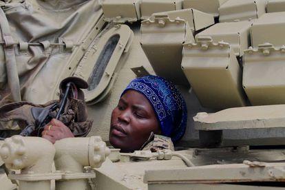 Las mujeres participan en combate en el ejército ugandés.