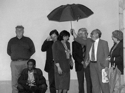De izquierda a derecha, los poetas Les Murray, Lesego Rampolokeng, Ana Blandiana, José Mª Álvarez, Joaquín Marco , con paraguas, e Inger Christensan.